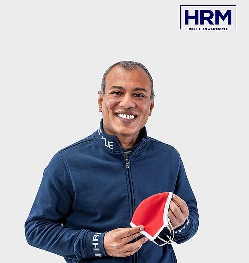 Monirul Hoque hält eine selbst produzierte Mund-Nasen-Maske in den Händen